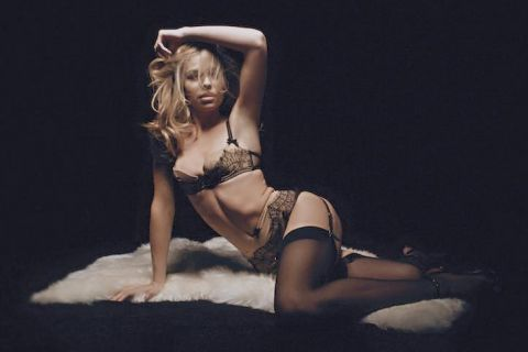 Abbey Clancy : Un charmant strip-tease pour le plus sexy des calendriers