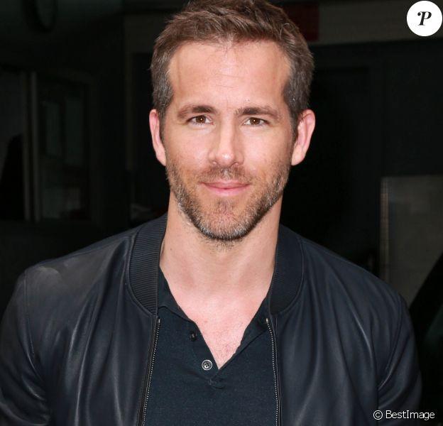 Ryan Reynolds sort d' un building à New York Le 06 Juillet 2015