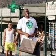 """Samuel L. Jackson et sa femme Latanya Richardson (qui a une béquille pour soulager son pied blessé) se promènent avec Magic Johnson, sa femme Earlitha """"Cookie"""" Kelly, et leur fils E.J. Johnson (qui a récemment perdu beaucoup de poids) sur le port de Saint-Tropez, le 19 juillet 2015."""