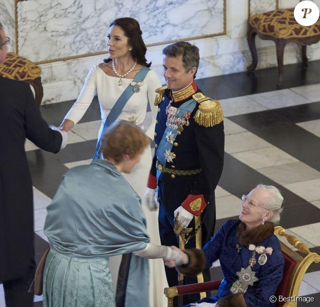 La princesse Mary et le prince Frederik de Danemark au palais de Christiansborg le 5 janvier 2016 avec la reine Margrethe II lors de la réception du Nouvel An du corps diplomatique.