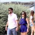 L'actrice Nina Dobrev et son nouveau compagnon Austin Stowell s'embrassent passionnément sur la plage à Saint-Tropez le 24 juillet 2015.