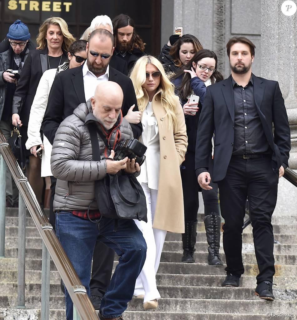 La chanteuse Kesha quitte la court de New York après la décision de juge dans son procès contre Sony, le 19 février 2016.
