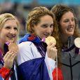 Camille Muffat entourée d'Allison Schmitt et Rebecca Adlington lors de la cérémonie du podium lors des JO de Londres, le 29 juillet 2012