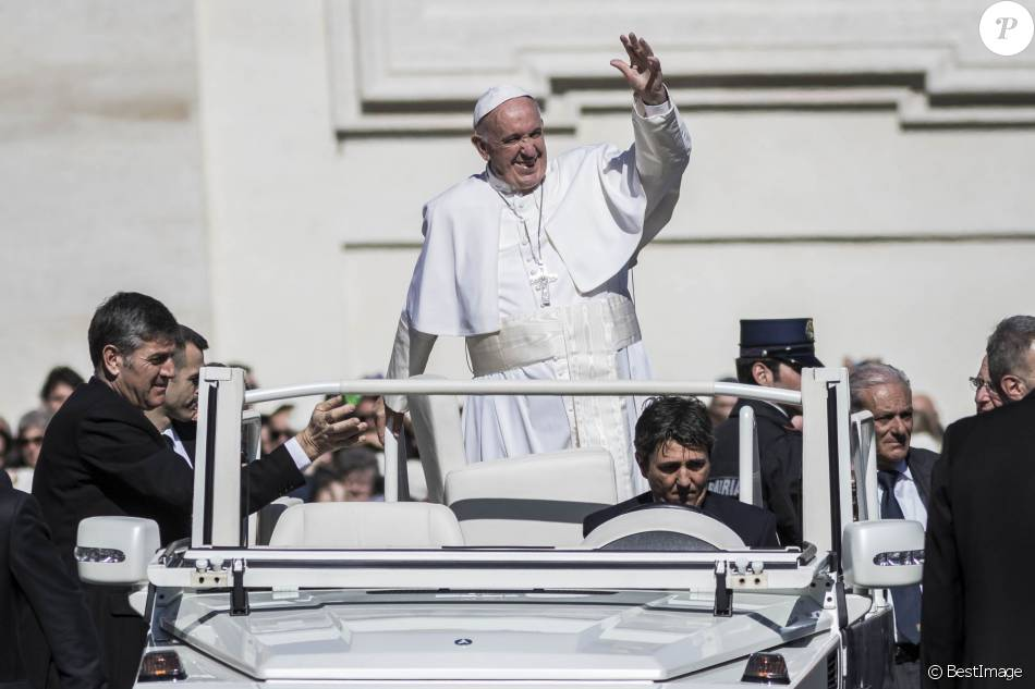 bfa42af423d9c0 Le pape François salue les fidèles place Saint-Pierre au Vatican le 2 mars  2016.