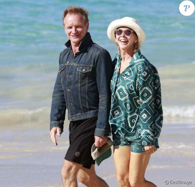 Semi-exclusif - Le chanteur Sting et sa femme Trudie Styler se promènent sur une plage de Saint-Barthélemy le 16 mars 2016.