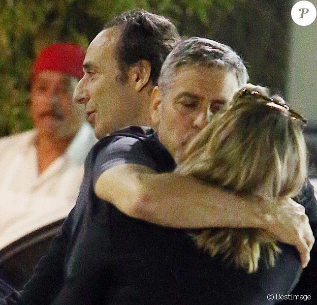 Exclusif - George Clooney embrasse une inconnue sur le parking du restaurant Sushi Asanebo, à Los Angeles, le 16 mars 2016.