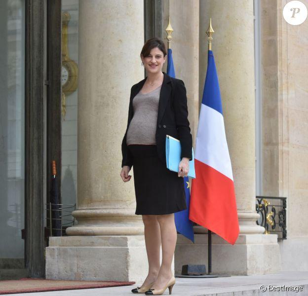 Juliette Méadel (enceinte), secrétaire d'Etat chargée de l'aide aux victimesva s'entretenir avec le président de la république François Hollande au palais de l'Elysée à Paris, le 21 mars 2016.