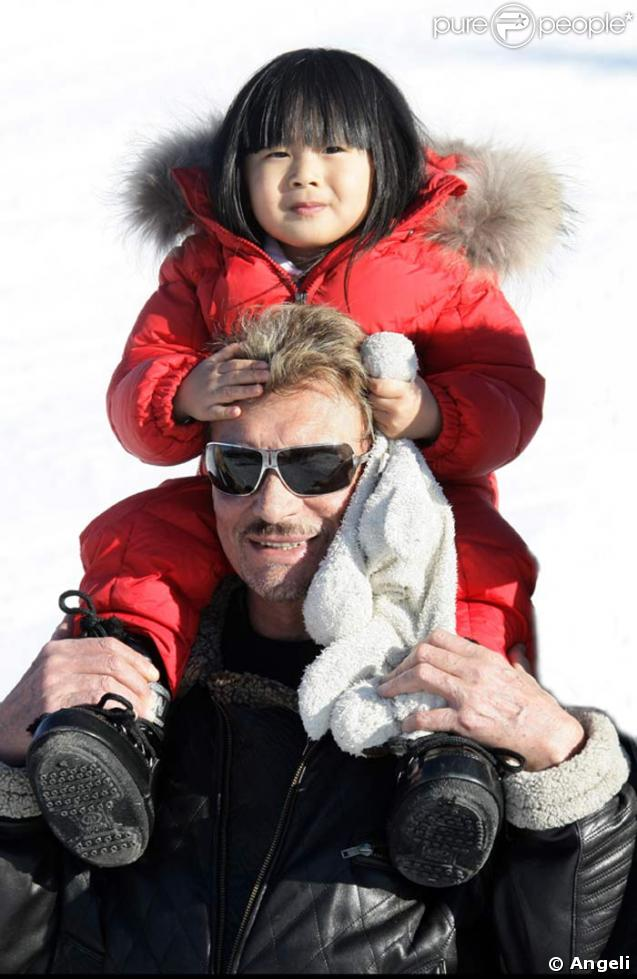 johnny hallyday porte sa fille jade sur les paules gstaad. Black Bedroom Furniture Sets. Home Design Ideas