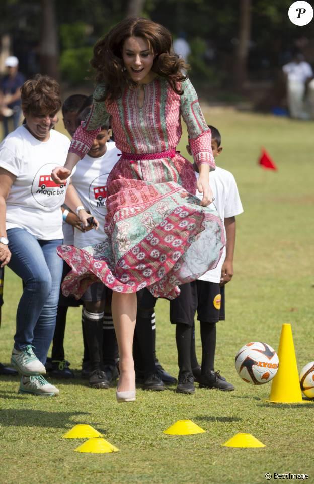 Kate Middleton en pleine initiation au cricket à Mumbai le 10 avril 2016.