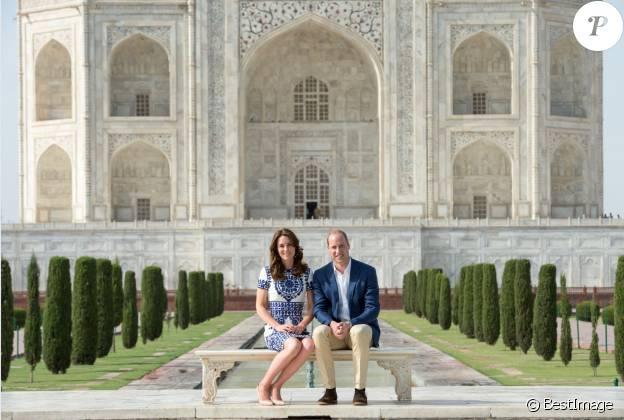 Kate Middleton et le prince William posant devant le Taj Mahal le 16 avril 2016