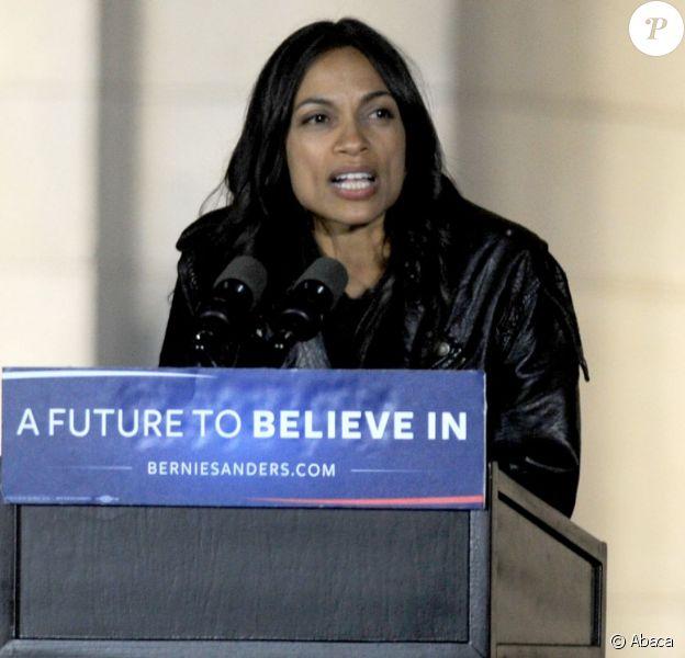 Rosario Dawson lors d'une manifestation politique organisée aux côtés de Bernie Sanders le 13 avril 2016 à New York