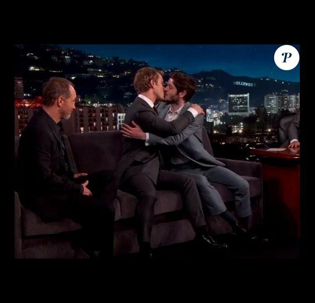 Iwan Rheon et Alfie Allen échangent un baiser sur le plateau de Jimmy Kimmel. Avril 2016