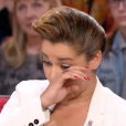 """La chanteuse Chimène Badi, très émue par l'interview de son père dans """"Vivement dimanche"""" sur France 2. Le 1er mai 2016."""