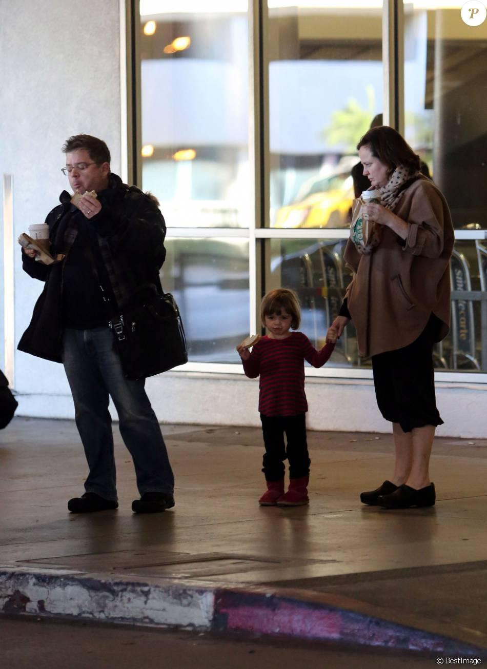Exclusif - Patton Oswalt, sa femme Michelle McNamara et leur fille Alice à l'aéroport de Los Angeles, le 27 décembre 2012.