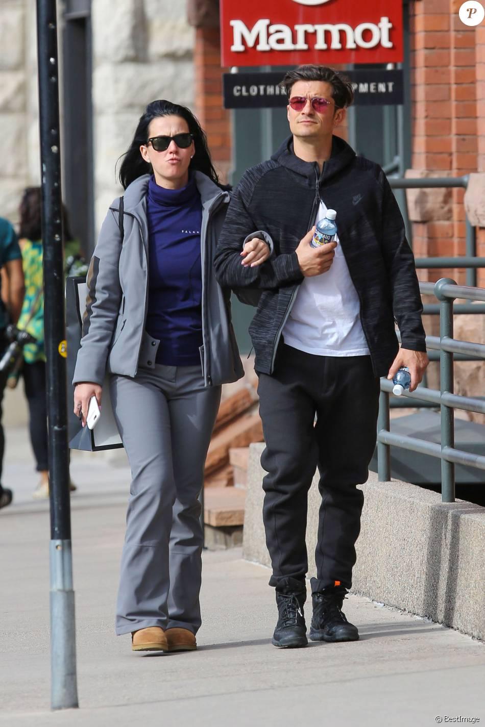 Exclusif - Prix spécial - Le couple Katy Perry et Orlando Bloom se promènent en amoureux dans les rues de Aspen. Les amoureux sont venus assister au mariage de leur amie la styliste Jamie Schneider. Le 8 avril 2016