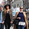 Paris Hilton et sa soeur Nicky Hilton , enceinte, se promènent dans le quartier de SoHo à New York, le 11 avril 2016.