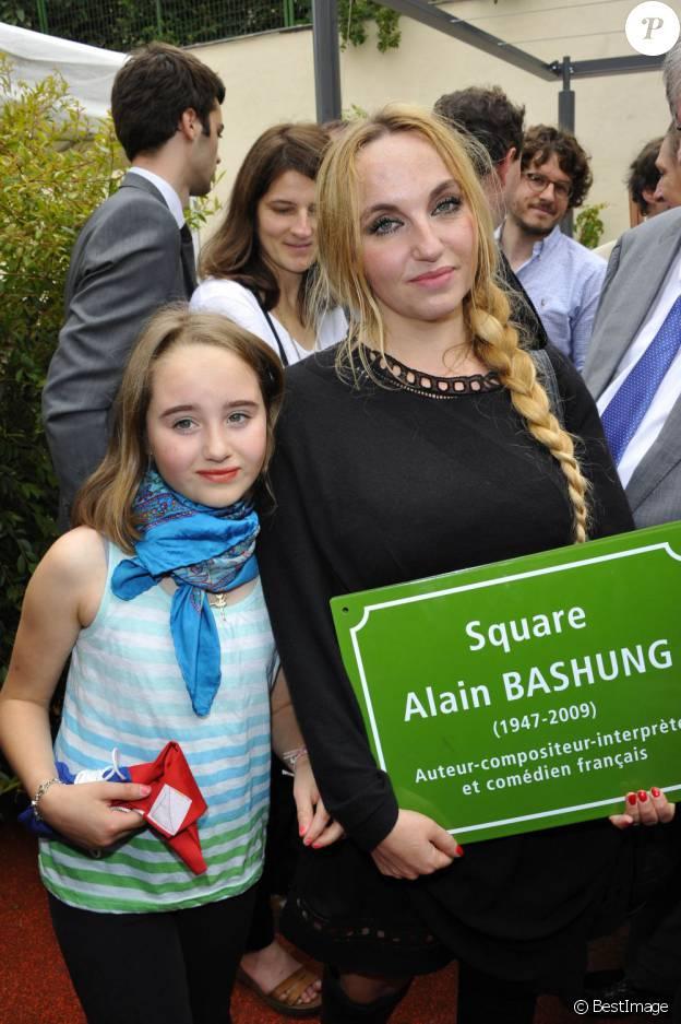 La chanteuse Chloé Mons et sa fille Poppée à l'inauguration du square Alain-Bashung, dans le 18e arrondissement de Paris, le 21 juin 2012.