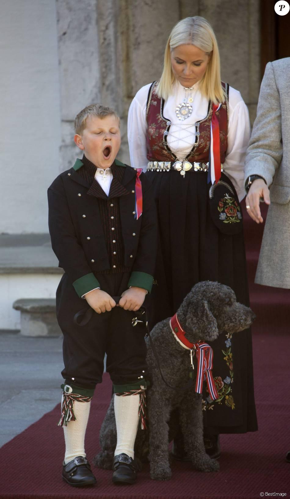 8h15, un peu tôt pour le prince Sverre Magnus, en ce jour de Fête nationale ! Le prince Haakon et la princesse Mette-Marit de Norvège et leurs enfants la princesse Ingrid Alexandra et le prince Sverre Magnus ont célébré dans la plus pure tradition la Fête Nationale norvégienne en se postant sur le perron de leur résidence, Skaugum, à Oslo, le 17 mai 2016, pour assister au défilé des écoliers.