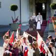 Le prince Haakon et la princesse Mette-Marit de Norvège et leurs enfants la princesse Ingrid Alexandra et le prince Sverre Magnus ont célébré dans la plus pure tradition la Fête Nationale norvégienne en se postant sur le perron de leur résidence, Skaugum, à Oslo, le 17 mai 2016, pour assister au défilé des écoliers.