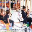 Kim, Kourtney Kardashian et leurs enfants North, Mason et Penelope à Disneyland. Anaheim, le 19 mai 2016.