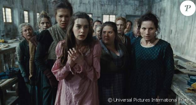 """Anne Hathaway dans l'adaptation cinématographique de la comédie musicale """"Les Misérables"""" signée Tom Hooper en 2012."""