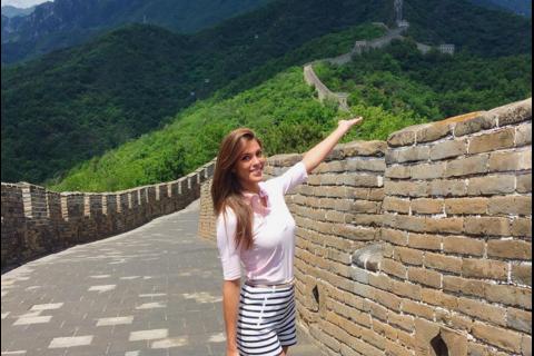 Iris Mittenaere (Miss France 2016) et Sylvie Tellier, très complices en Chine