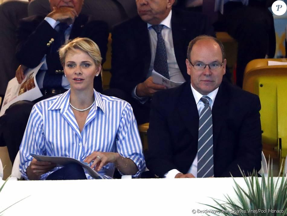 La princesse charlene et le prince albert ii de monaco for Piscine stade louis 2