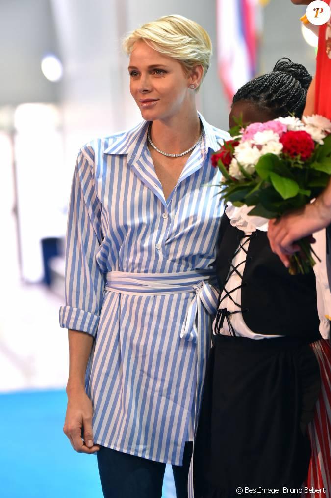 La princesse charlene de monaco accompagn e par son poux for Piscine stade louis 2