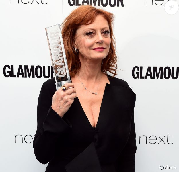 Susan Sarandon pose avec le Glamour Inspiration Award aux Glamour Women of the Year Awards 2016, à Londres le 7 juin 2016