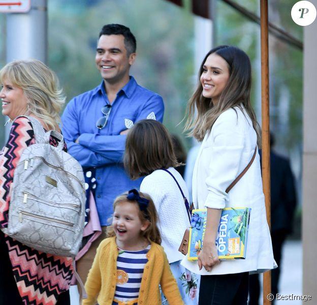 La petite Honor Warren fête son anniversaire (8 ans) avec sa soeur Haven, ses parents Jessica Alba et Cash Warren et ses grand-parents Cathrine et Mark à Beverly Hills, le 7 juin 2016