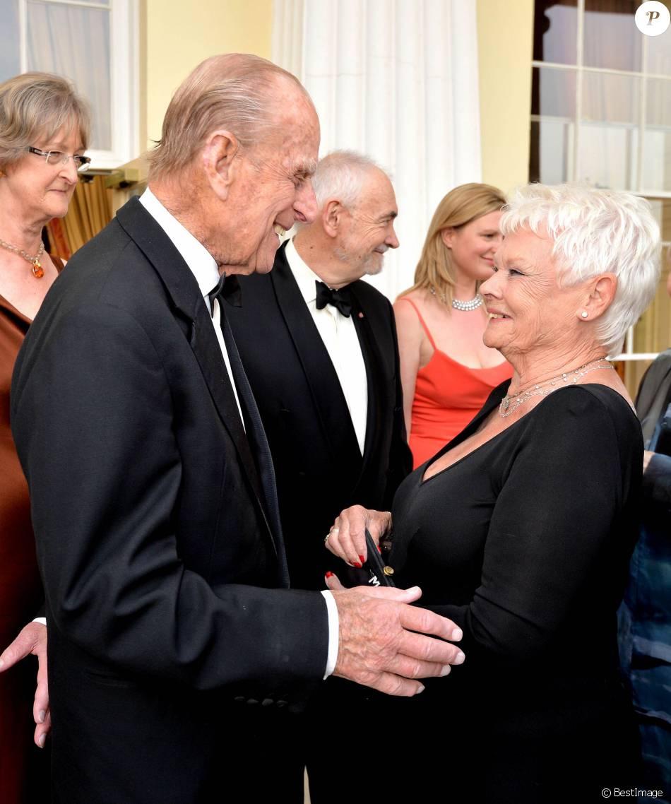 Le duc d'Edimbourg avec Dame Judi Dench lors de la soirée de gala Diamonds Are Forever pour le 60e anniversaire du Duke of Edinburgh Award à Stoke Park, le 9 juin 2016, à la veille de son 95e anniversaire.