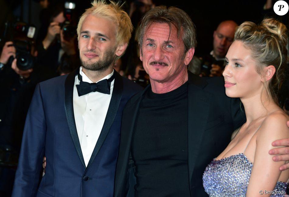 """Sean Penn, son fils Hopper et sa fille Dylan Penn - Descente des marches du film """"The Last Face"""" lors du 69ème Festival International du Film de Cannes. Le 20 mai 2016. © Giancarlo Gorassini/Bestimage"""