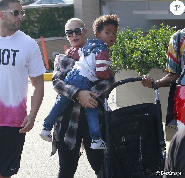 Exclusif - Amber Rose se rend chez Barney's New York avec son fils à Los Angeles, le 12 juin 2016.