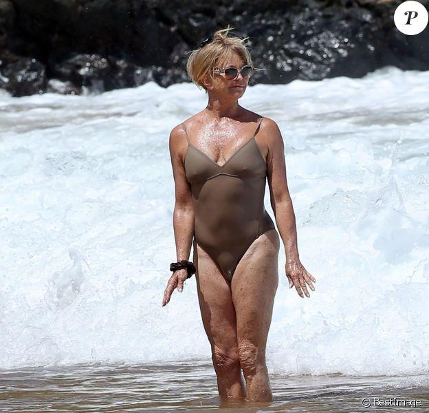 Goldie Hawn profite d'un après-midi ensoleillé sur la plage de Maui. Hawaï, le 16 juin 2016.