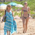 Goldie Hawn et Sanne Hamers (compagne du fils de Goldie, Meredith Hagner) profitent d'un après-midi ensoleillé sur la plage de Maui. Hawaï, le 16 juin 2016.