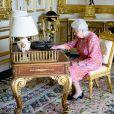 Elizabeth II rédige un tweet dans son bureau du château de Windsor, le 21 juin 2016