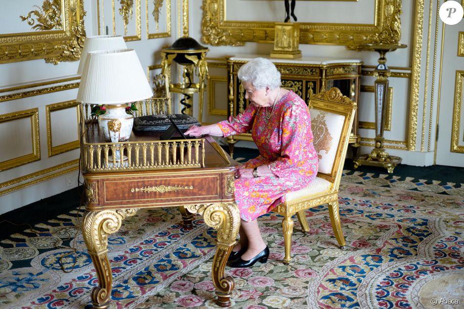 elizabeth ii la reine se met twitter. Black Bedroom Furniture Sets. Home Design Ideas