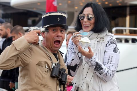 Cher : Gourmande et amusée à Saint-Tropez !