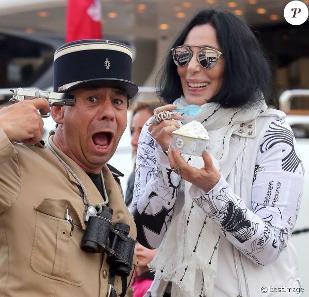 La chanteuse Cher mange une glace sur le port de Saint tropez avec des amies, le 19 juin 2016. © Crystal/Bestimage