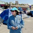 Nana Mouskouri, ambassadrice de bonne volonté de l'UNICEF rend visite aux migrants à Athènes en Grèce le 26 mai 2016.