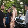 Kendall Jenner rentre avec Bella Hadid à l'hôtel Four Seasons George V à Paris, le 24 juin 2016, après avoir participé au défilé Givenchy homme.