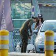 """Exclusif - Nabilla Benattia arrive à l'aéroport de Mérignac avec son compagnon Thomas Vergara et leur chien Pita après avoir dédicacé son livre """"Trop Vite"""", le 26 juin 2016. Elle porte une casquette avec l'inscription """"Prison""""!"""