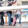 Gwen Stefani et son compagnon Blake Shelton s'embrassent sur le tarmac d'un aéroport à Los Angeles le 21 juin 2016.