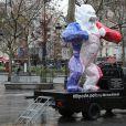 Exclusif - En créant un Kong revisité en Bleu Blanc Rouge pour Risposte.paris destiné à être vendu aux enchères au profit du fond d'aides aux familles des victimes, l'artiste contemporain Richard Orlinski se mobilise après les attentats survenus le 13 novembre à Paris. L'oeuvre parcourera tout Paris afin que chacun puisse laisser un mot. Le 11 janvier 2016, la statue était placé sur le parvis de la mairie du XIème à Paris. © Marc Ausset Lacroix / Bestimage  Exclusive - For Germany Call For Price - No Web No Blog For Switzerland and Belgium - The sculpture, a Kong in Bleu Blanc Rouge of French artist Richard Orlinski dedicated for the victims of Paris terror attacks. Here in front of the City Hall of the XIst district in Paris on january 11, 2016. This sculpture will be auctioned to benefit victims.11/01/2016 - Pars