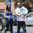 Megan Fox enceinte et Brian Austin Green sont allés déjeuner avec leurs enfants Noah et Bodhi à Studio City, le 1er juillet 2016