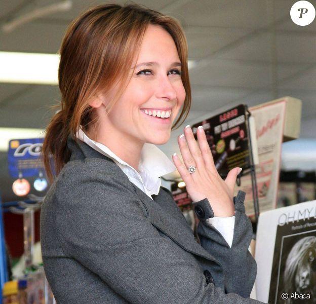Mais qu'est-ce qui rend Jennifer Love Hewitt si heureuse ? Seulement la bague ?