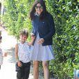 Exclusif - Selma Blair se promène avec son fils Arthur le jour de ses 44 ans alors qu'elle avait fait une crise de nerf quelques jours plus tôt dans un avion. Los Angeles, le 23 juin 2016.