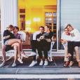 Taylor Swift et Tom Hiddleston ainsi que Blake Lively et son mari Ryan Reynolds prennent la pose avec Britany LaManna et son mari, au domicile de Taylor Swift. Photo publiée sur Instagram, le 5 juillet 2016
