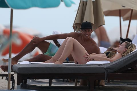 Raphaël Varane et sa chérie : Amère, le défenseur des Bleus se console à Miami