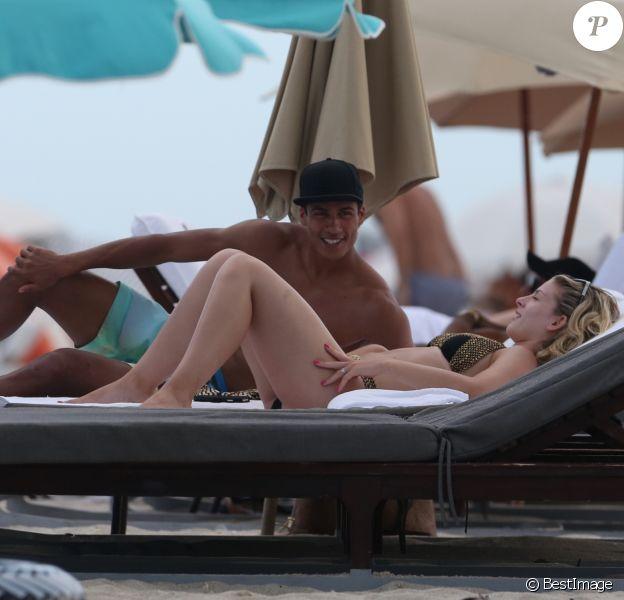 Raphaël Varane et sa femme Camille Tytgat en vacances sur une plage à Miami le 8 juillet 2016. Varane, pilier de la charnière des Bleus, s'est blessé et n'a pas pu participer à l'Euro 2016.